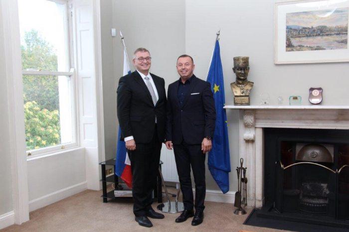 Riaditeľ ŠPÚ odovzdal veľvyslancovi vDubline učebnice pre vzdelávacie centrum Slovákov