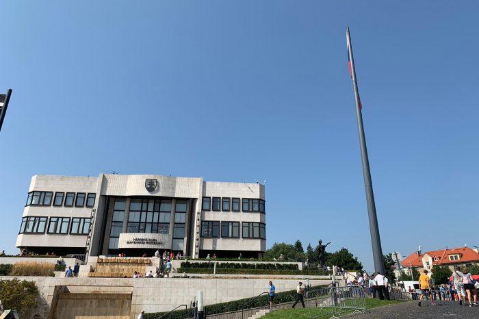 A. Danko - Vztýčenie vlajky SR pri budove parlamentu
