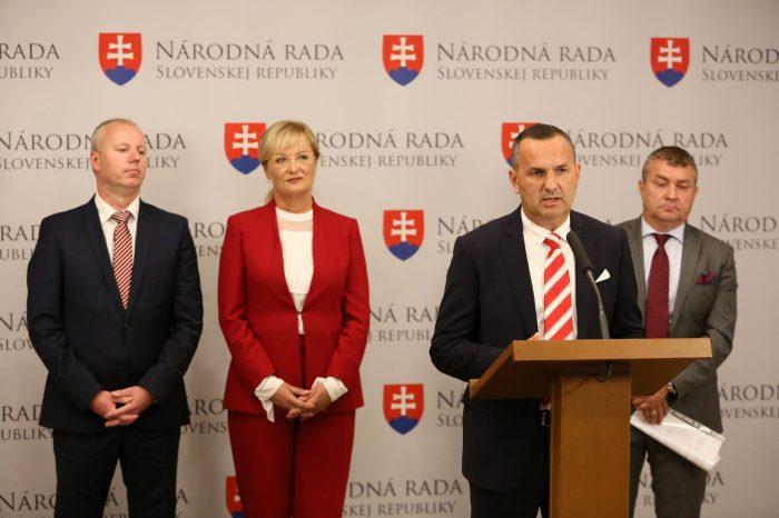 Slovenská národná strana podporuje šport na Slovensku vďaka športovým poukazom a fondu pre šport.