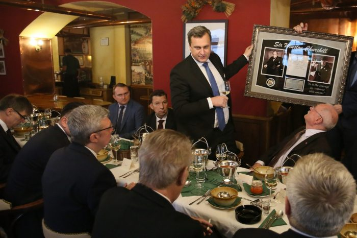 Predseda parlamentu Andrej Danko sa stretol s českým prezidentom Milošom Zemanom. Spoločne diskutovali o vývoji oboch štátov po páde komunistického režimu