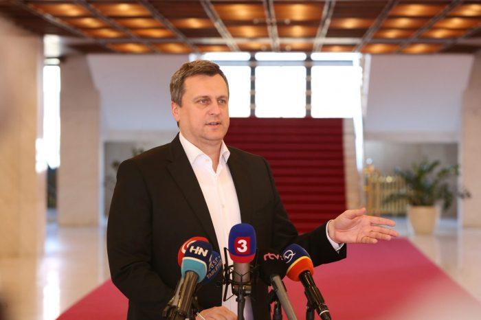 Andrej Danko: Dávam ľuďom na výber, ak chcú zrušenie diaľničných známok, nech za to zahlasujú v ankete na facebooku SNS