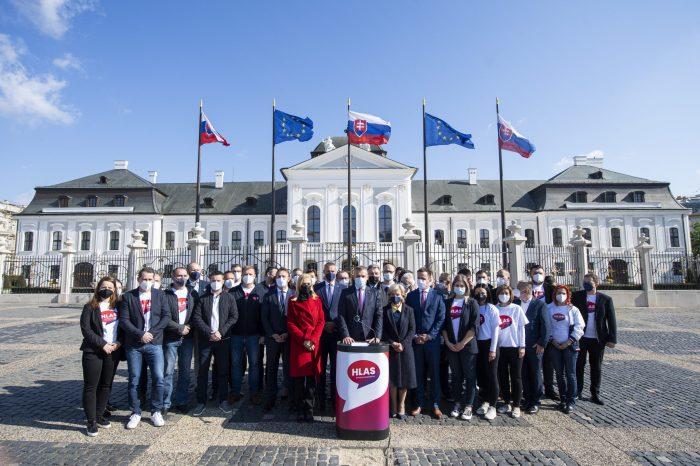 Slovenská národná strana dôrazne protestuje proti dnešnému egoizmu a klamstvám Petra Pellegriniho pred prezidentským palácom v súvislosti s referendom.