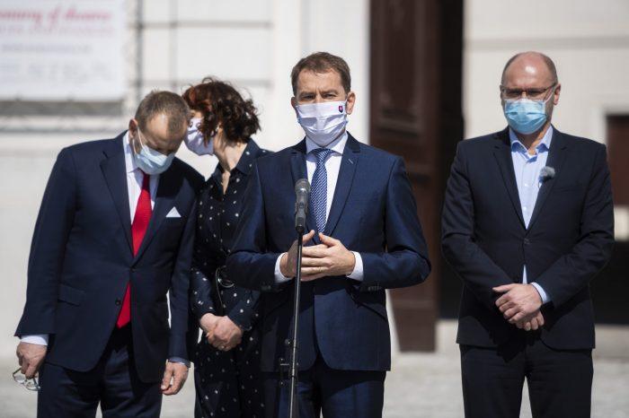 Slovenská národná strana protestuje proti zrušeniu oslobodenia odvodov a daní pri 13. a 14. plate.