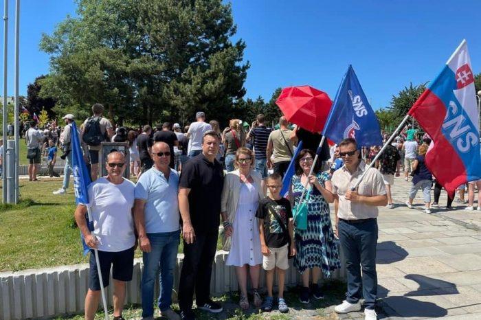 Slovenská národná strana sa politicky pridáva k aktivite strany Smer-SD na organizovanie protestu 17. októbra v Banskej Bystrici.